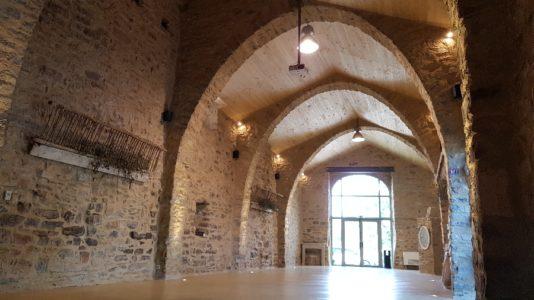 Intérieur salle principale vide.