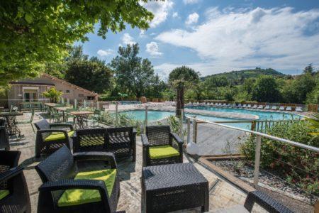 terrasse du bar vue sur la piscine