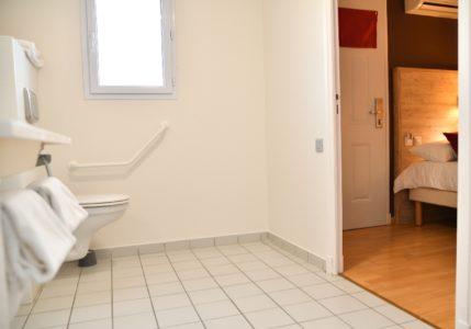 Toilettes aménagées PMR