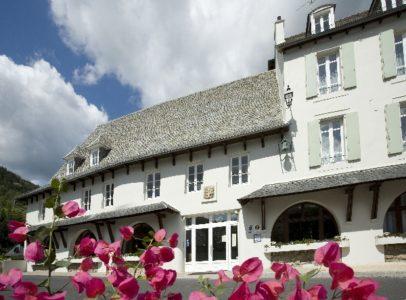 Fleur et façade - HOTEL LA RIVIERE