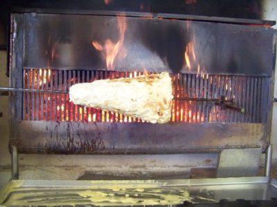Cuisson du gâteau au feu de bois