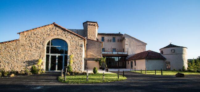 Vue extérieure du château avec la salle de réception à gauche.
