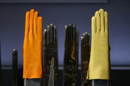 Dressage de gants sur les mains chaudes.