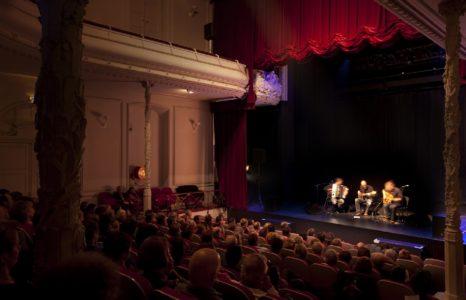 Concert dans la salle du théâtre Municipal