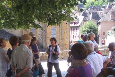 Groupe en visite guidée dans le village médiéval (Service Patrimoine de Conques)