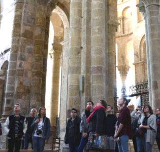 Groupe en visite guidée dans l'abbatiale Sainte-Foy (Service Patrimoine de Conques)
