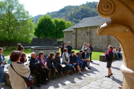 Groupe en visite guidée cloître-Trésor (Service Patrimoine de Conques)