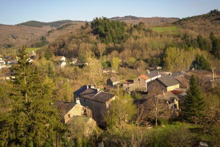 Les gites au coeur du hameau de Seingleys et au 2ème plan le village