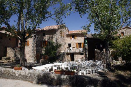 Le Hameau de Moulès (groupes) : place du village