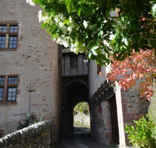 Conques - château et porte d'enceinte - Visite guidée du village