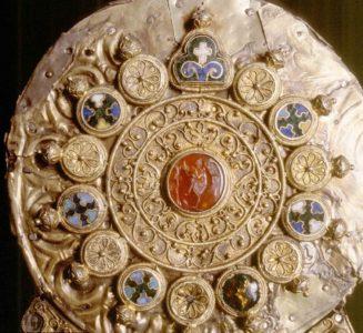 """Trésor d'orfèvrerie de Conques - détail du reliquaire dit """"A de Charlemagne"""""""