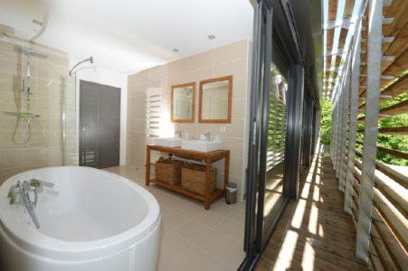 Salle de bain panoramique vue rivière