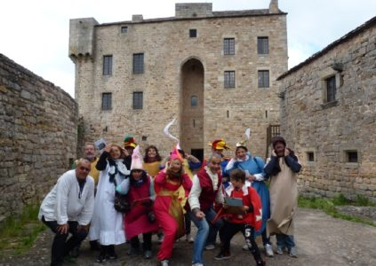 Groupe qui visite le château de Montaigut