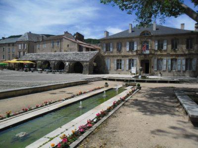 Place du Claux avec la Mairie et les Halles